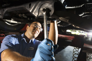 Auto-mechanic-fixing-vehicle
